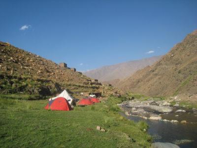 Camping am Fluss im Atlasgebirge